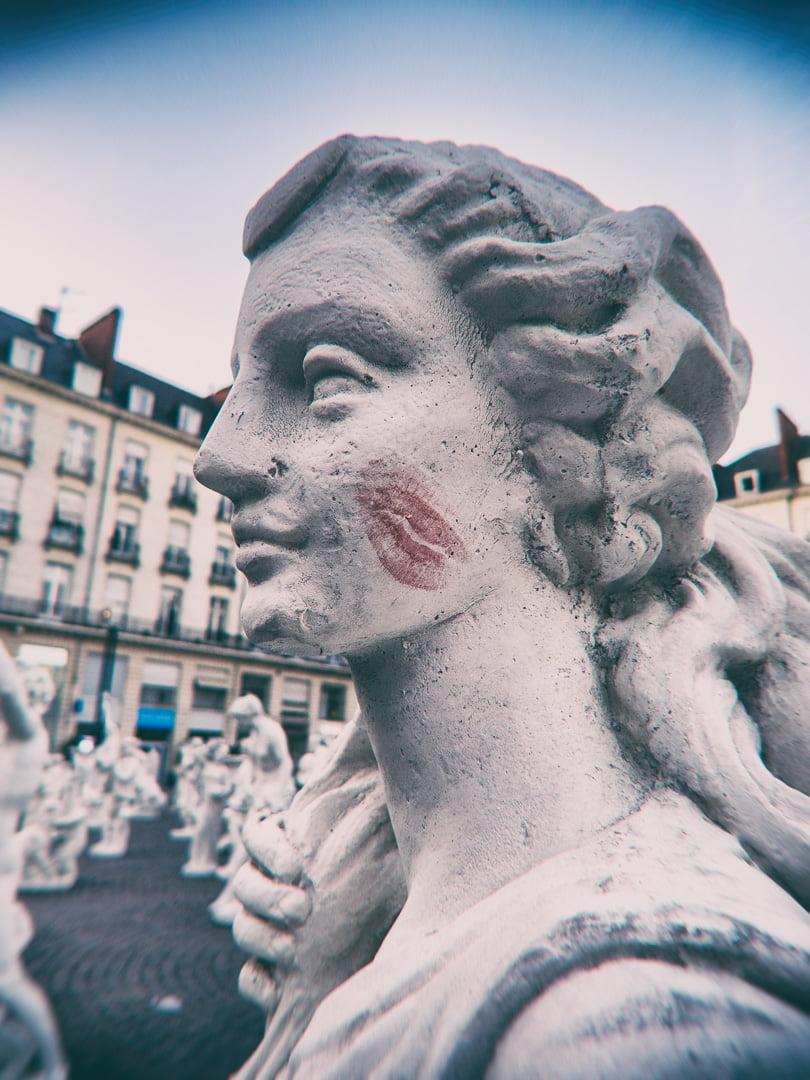 statue avec traces de rouge à lèvres sur la joue