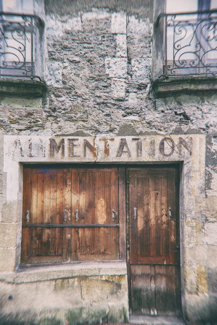 ancienne enseigne peinte au-dessus d'une porte