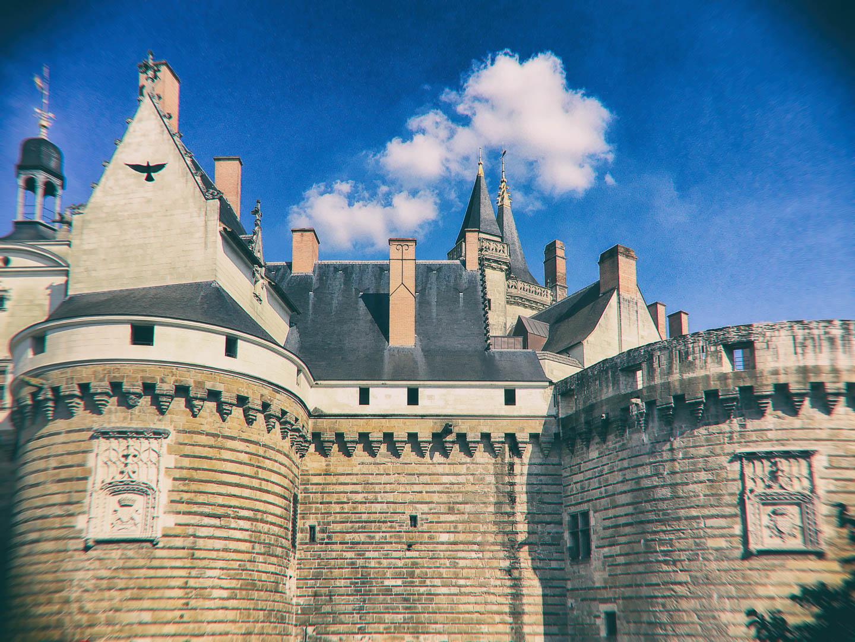 vue sur le château de Nantes avec vol d'un pigeon