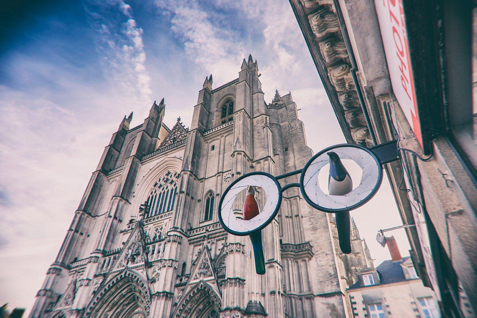 oeuvre devant la cathédrale de Nantes
