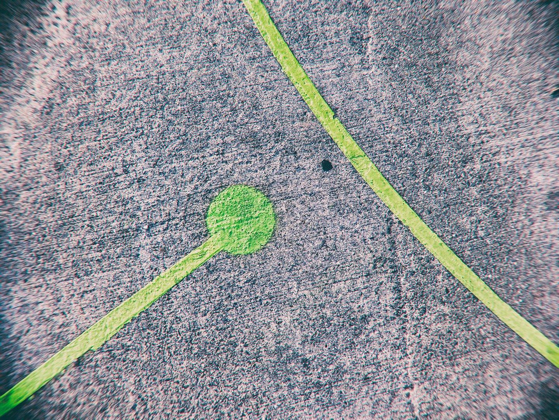 traits verts peints sur le sol