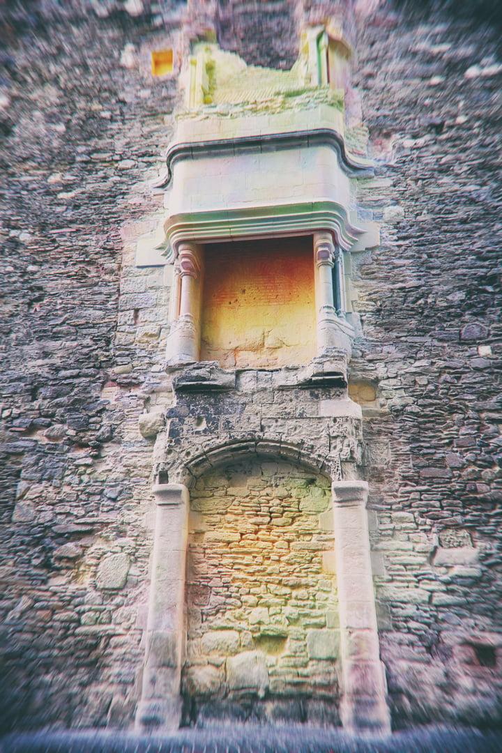 restes de cheminée sur un mur dans la rue, peints de toutes les couleurs