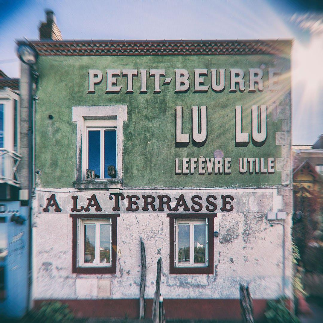 façade peinte avec une publicité pour petit beurre