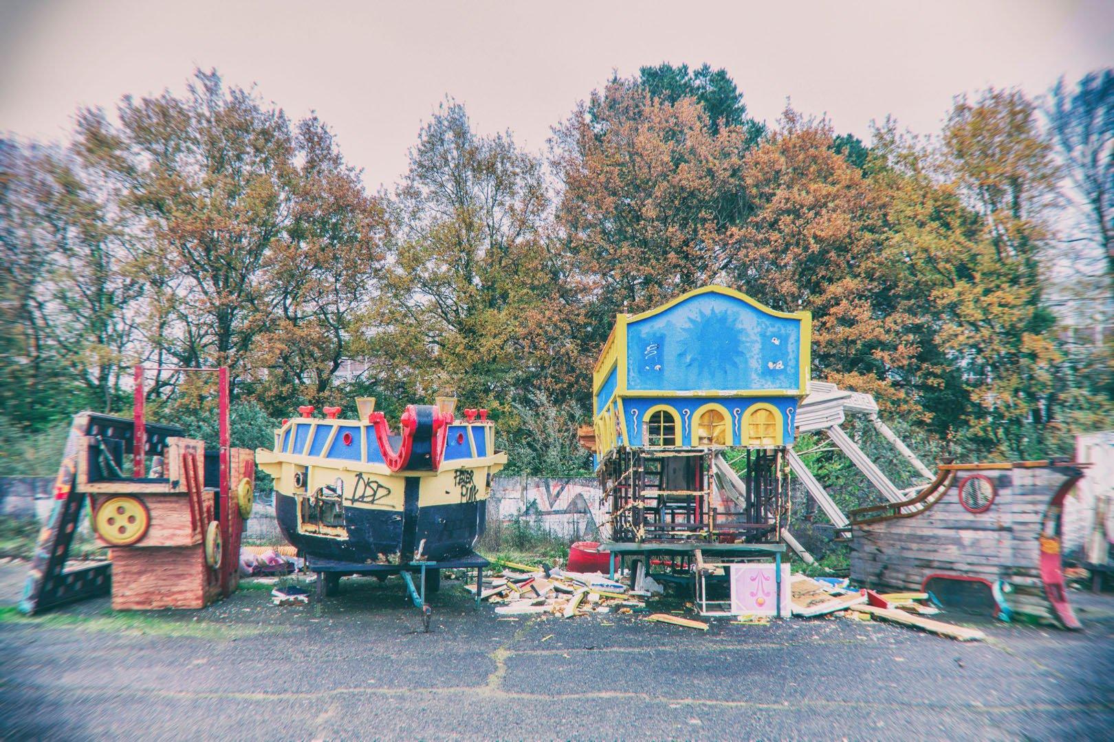 chars de carnaval à l'abandon