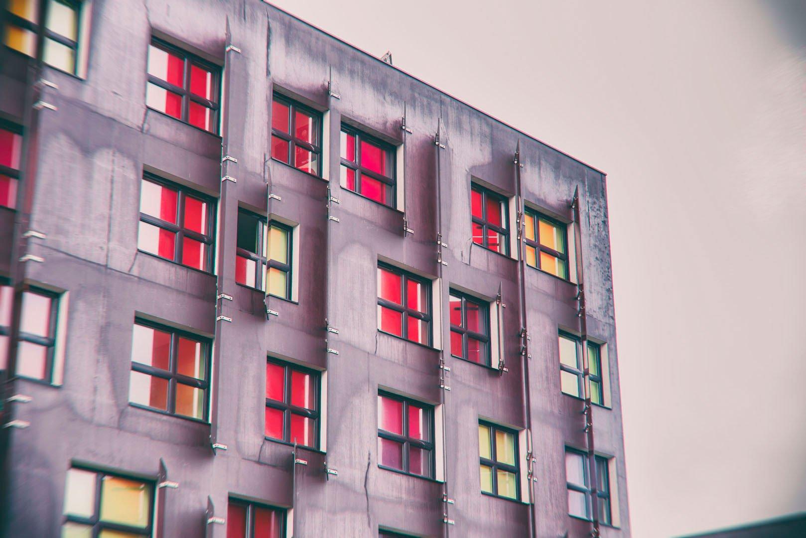 fenêtres sur une façade avec reflets colorés