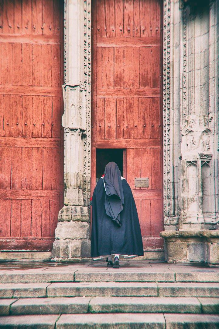 une nonne entre dans une église