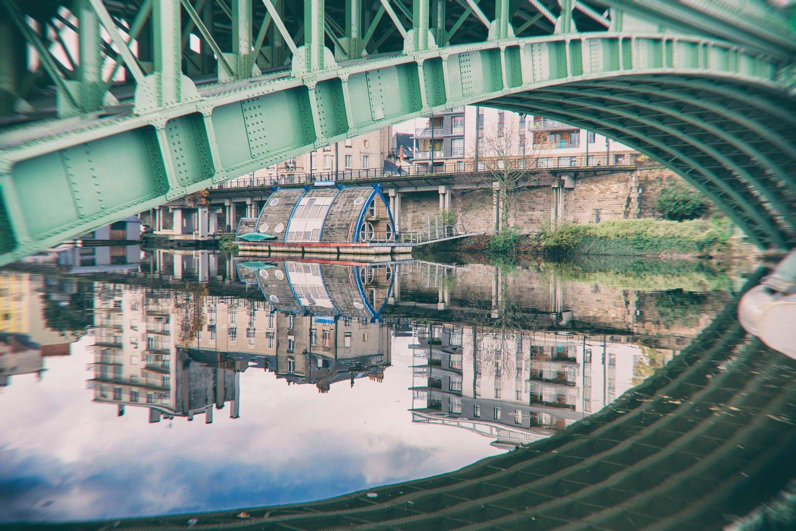 reflet de pont sur la rivière